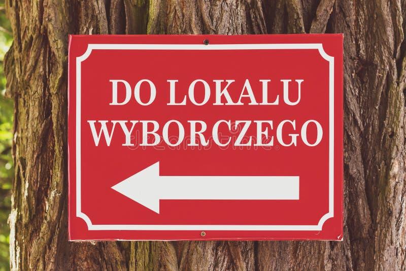 Polsk informationsteckenläsning 'till vallokalen ', royaltyfria bilder
