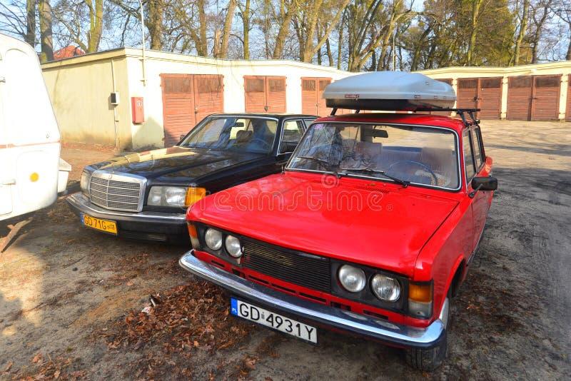 Polsk klassiker och tyska bilar som parkeras i Gdansk, Polen arkivfoto