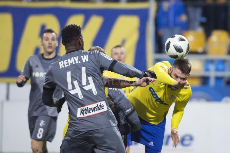 Polsk liga Grzegorz Piesio för fotboll Studsa bollen royaltyfria foton