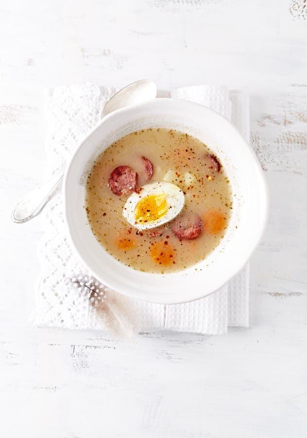 Polsk påsksoppa som göras med Ray Flour, ägget och korven fotografering för bildbyråer