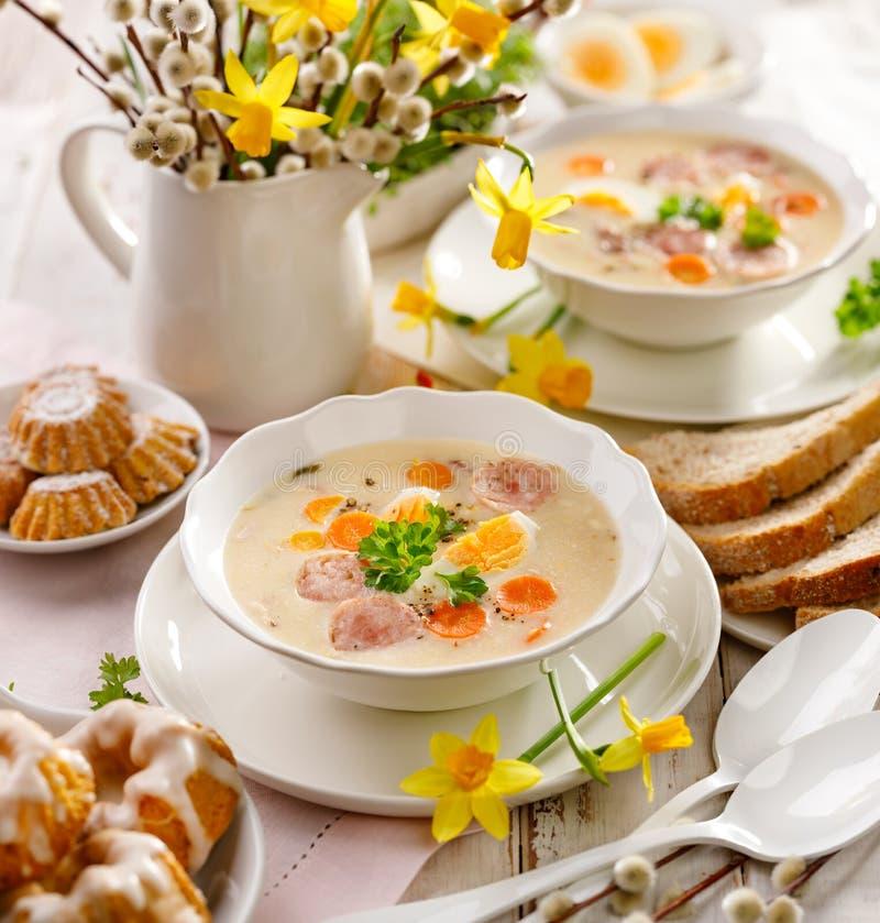 Polsk påsksoppa, vit borscht med tillägget av den vita korven och ett hårt kokt ägg Traditionell påskmaträtt i Polen royaltyfri fotografi