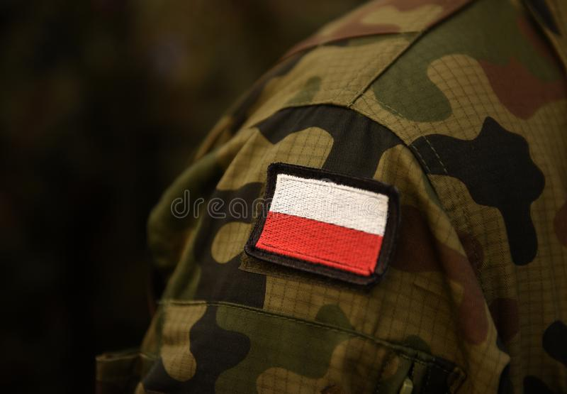 Polska łaty flaga na żołnierz ręce Polska wojskowy uniform Pole fotografia stock