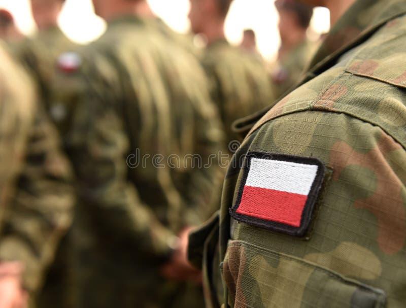 Polska łaty flaga na żołnierz ręce Polska wojskowy uniform Pole obrazy stock