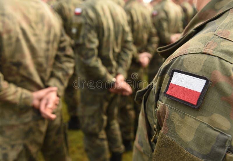 Polska łaty flaga na żołnierz ręce Polska wojskowy uniform Pole obraz stock
