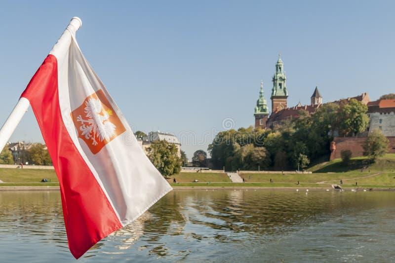Polska flaga macha na Vistula z centrum Krakow w tle, Polska obraz stock