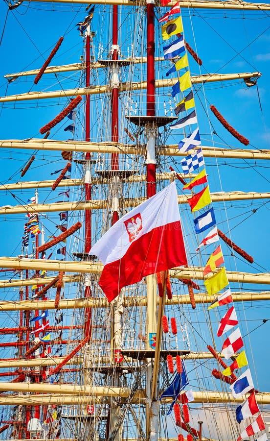 Polska flaga na żeglowanie statku maszcie obrazy royalty free