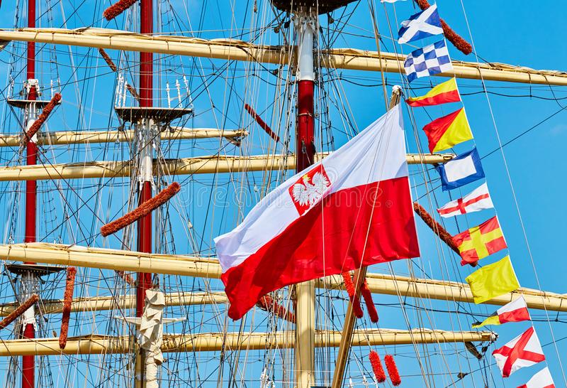 Polska flaga na żeglowanie statku maszcie obraz royalty free
