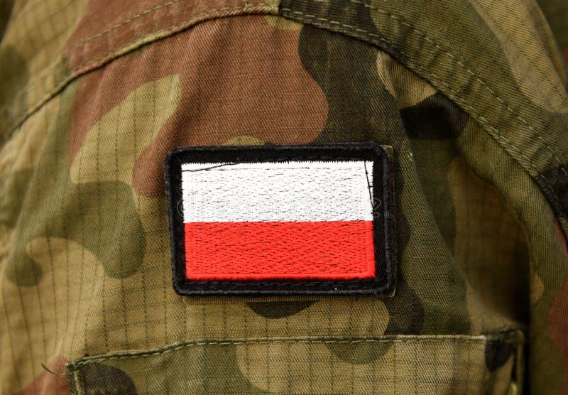 Polska flaga na żołnierz ręce Polska wojskowy uniform Polska troo zdjęcia stock