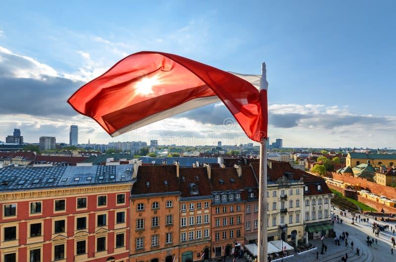 Polska flaga na centre Warszawski tło zdjęcia stock