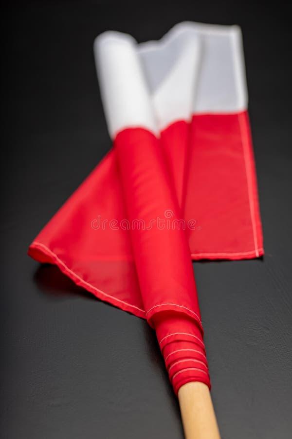 Polska flaga na ciemnym stole Flaga dołączająca drewniany dźwigar zdjęcie royalty free