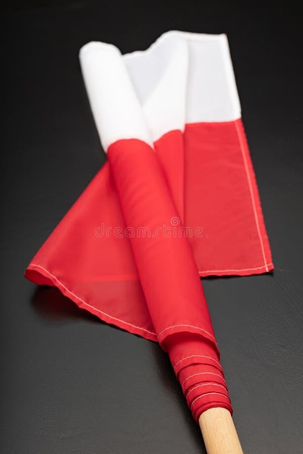 Polska flaga na ciemnym stole Flaga dołączająca drewniany dźwigar fotografia royalty free