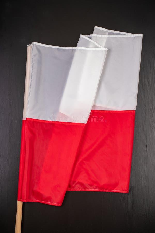 Polska flaga na ciemnym stole Flaga dołączająca drewniany dźwigar obraz royalty free