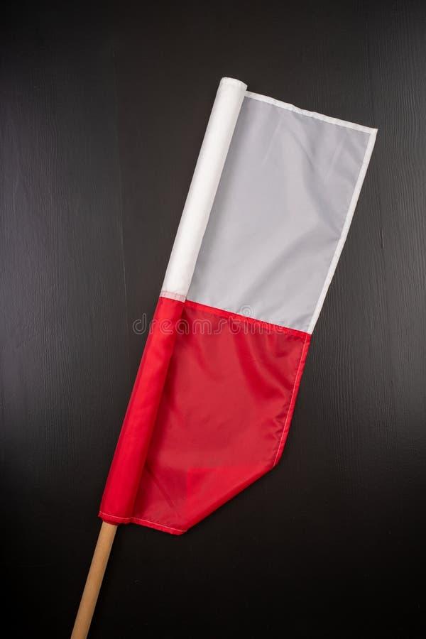 Polska flaga na ciemnym stole Flaga dołączająca drewniany dźwigar obrazy stock