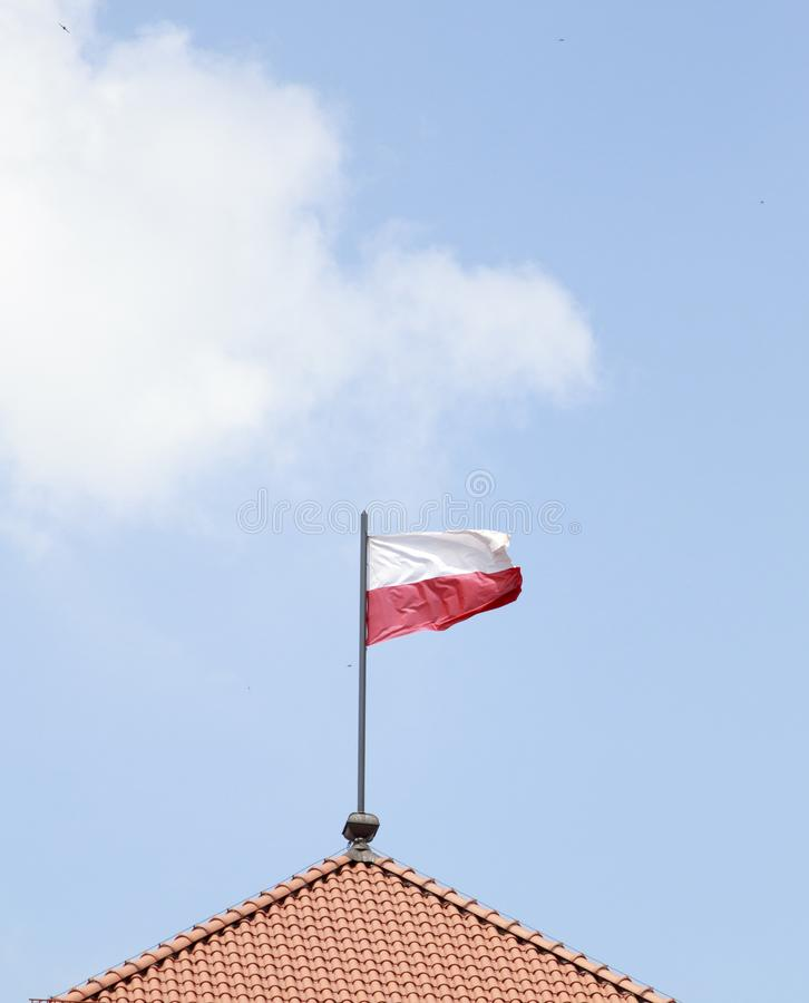Polska flaga na niebieskiego nieba tle obrazy stock