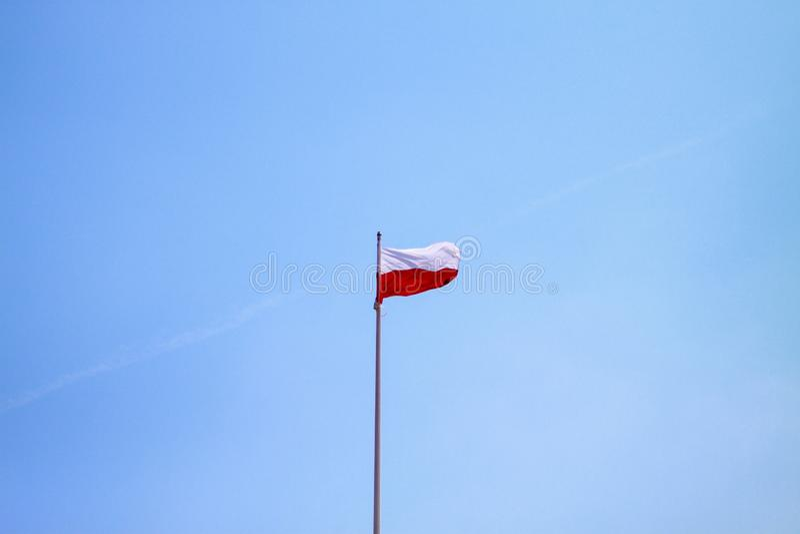 Polska flaga na niebieskiego nieba tle zdjęcie stock