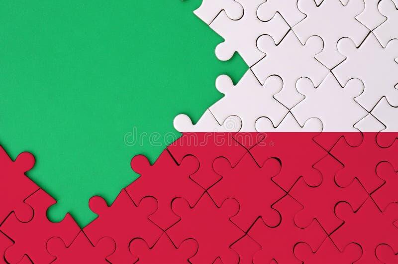 Polska flaga przedstawia na uzupełniającej wyrzynarki łamigłówce z bezpłatną zieleni kopii przestrzenią na lewej stronie obraz stock