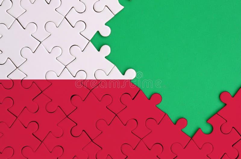 Polska flaga przedstawia na uzupełniającej wyrzynarki łamigłówce z bezpłatną zieleni kopii przestrzenią na prawej stronie zdjęcie stock