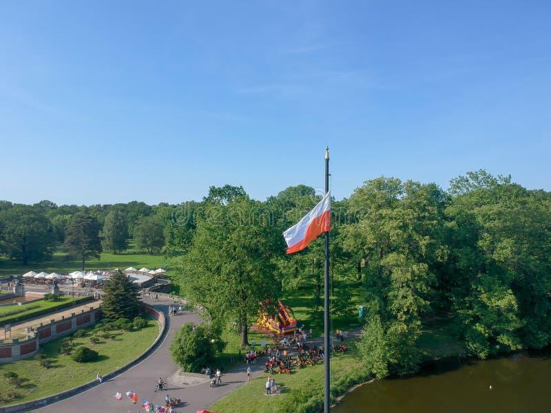 Polska flaga w wiatrze Ludzie Chodzi? zdjęcia stock