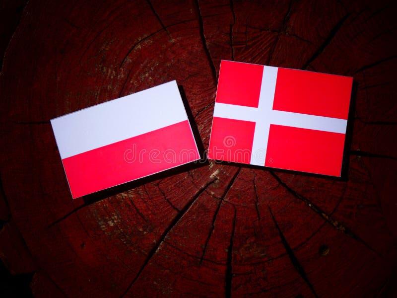 Polska flaga z Duńską flaga na drzewnym fiszorku odizolowywającym zdjęcia royalty free