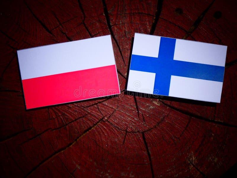 Polska flaga z Fińską flaga na drzewnym fiszorku odizolowywającym obraz royalty free
