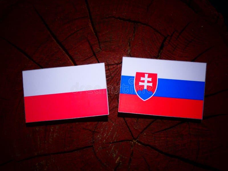 Polska flaga z Slovakian flaga na drzewnym fiszorku odizolowywającym zdjęcia royalty free