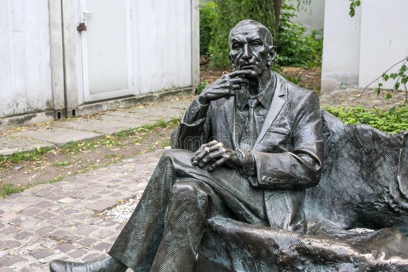 POLSKA KRAKOW, MAJ, - 27, 2016: Statua połysku dyplomata Jan Karski w Kazimierz Żydowskim okręgu Krakow zdjęcia royalty free