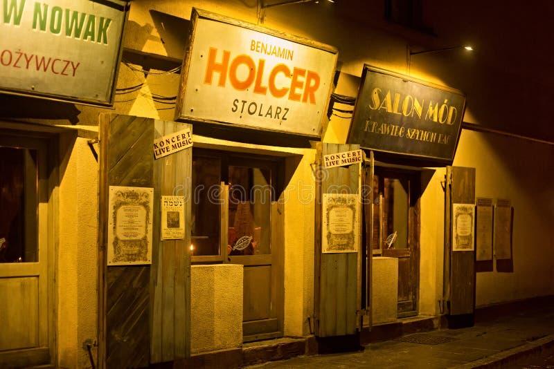 POLSKA KRAKOW, STYCZEŃ, - 01, 2015: Szeroka ulica przy nocą w Kazimierz z przedwojennymi widokami obraz royalty free