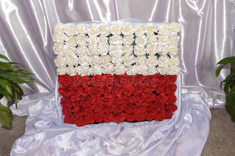 Polska narodowości flaga robić obok z kwiatami zdjęcie royalty free