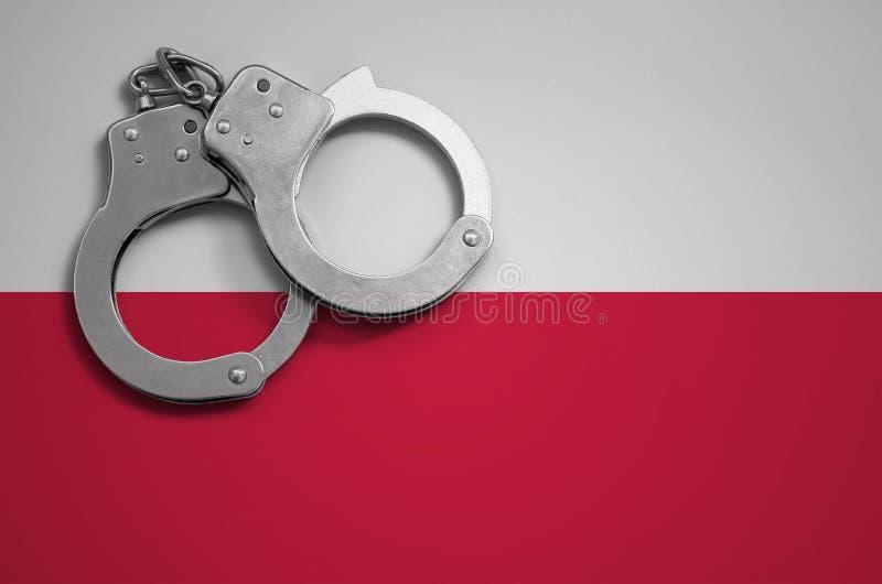Polska polici i flaga kajdanki Pojęcie przestępstwo i przestępstwa w kraju fotografia stock
