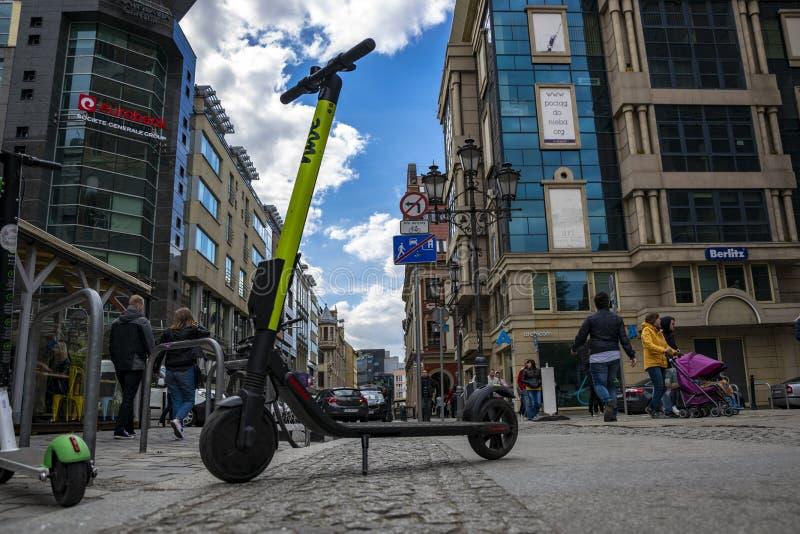 Polska, Wrocławski, Maj 3, 2019 - Elektrycznego kopnięcia nowożytna hulajnoga w Wrocławskim mieście eco alternatywy transportu po zdjęcie stock