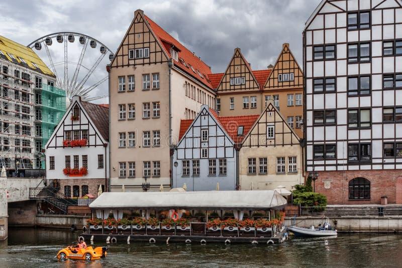 Polska 13 Wrzesień 2018 Gdański widok Motlawa rzeka z swój wodnym taxi różnorodni barwioni domy wzdłuż brzeg Fer fotografia royalty free