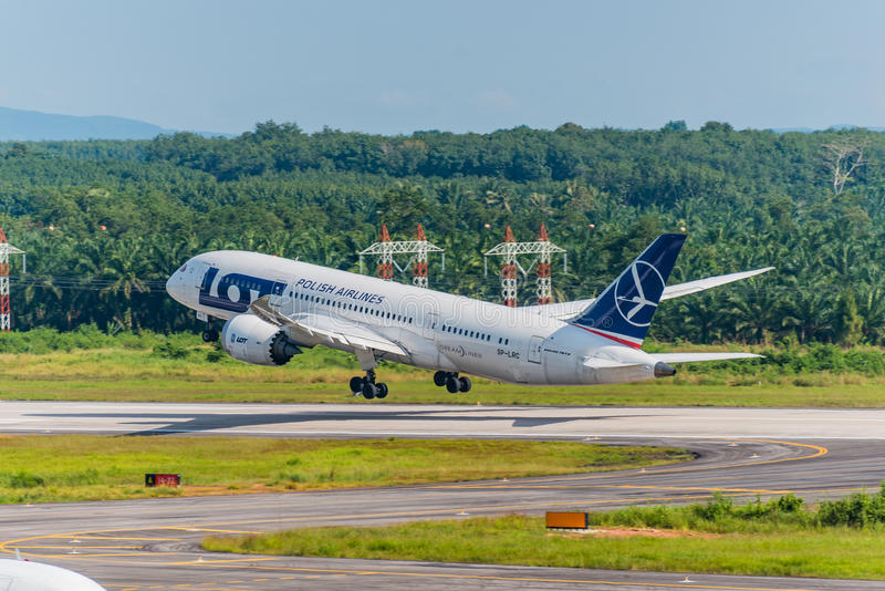 Polski linia lotnicza samolot zdejmował przy Krabi lotniskiem zdjęcie stock