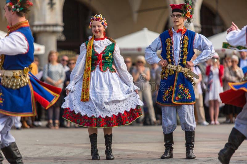 Polskt folk kollektiv på huvudsaklig fyrkant under ettårig växtpolermedelmedborgare och offentlig ferie konstitutiondagen royaltyfria bilder