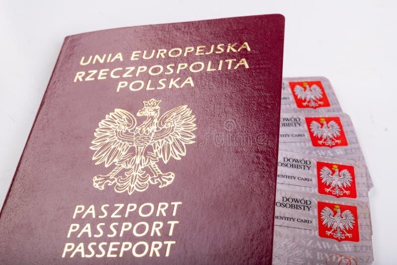Polskt pass och legitimationkort på en vit tabell Personliga dokument från ett europeiskt land royaltyfri bild