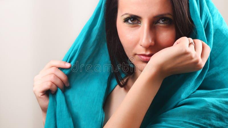 Polso odorante del braccio della donna fotografia stock