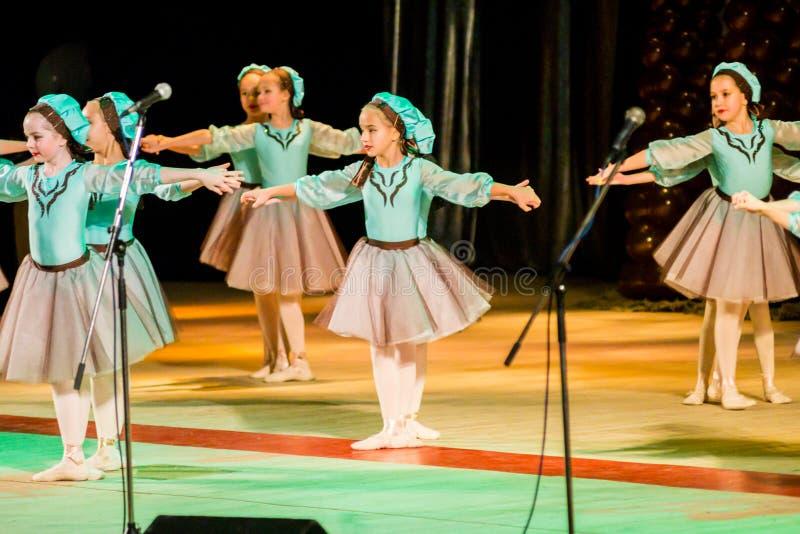 Poltava, Ucrânia - 28 de dezembro de 2015: Celebração do ano novo em uma casa local da cultura Os grupos das crianças da demonstr foto de stock