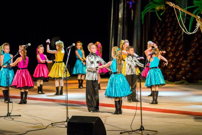 Poltava, Ucrânia - 28 de dezembro de 2015: Celebração do ano novo em uma casa local da cultura Os grupos das crianças da demonstr imagem de stock