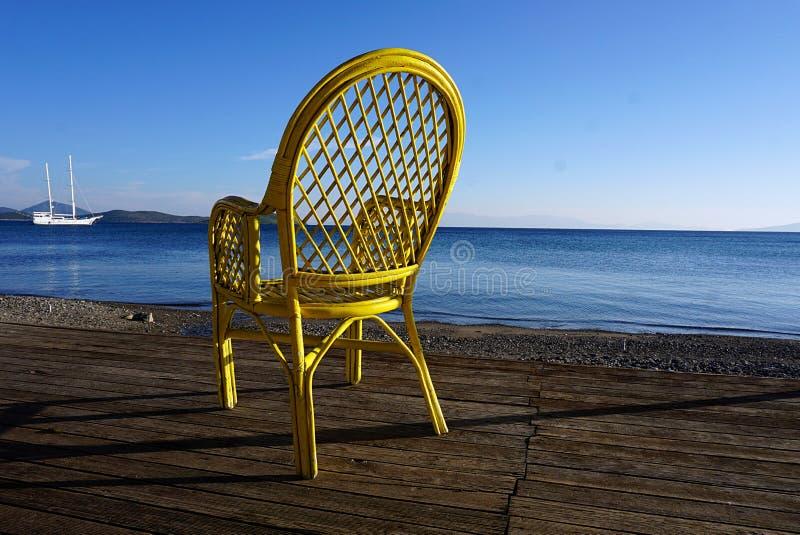 Poltrona amarela na praia fotografia de stock