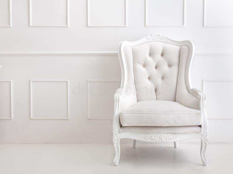 Poltrona branca do estilo do vintage imagem de stock