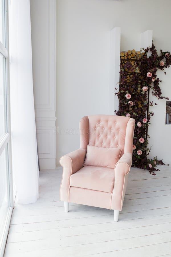 Poltrona cor-de-rosa na sala de visitas imagens de stock