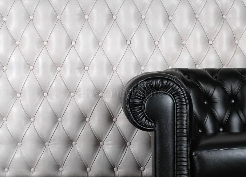 Poltrona de couro preta perto da parede branca foto de stock royalty free