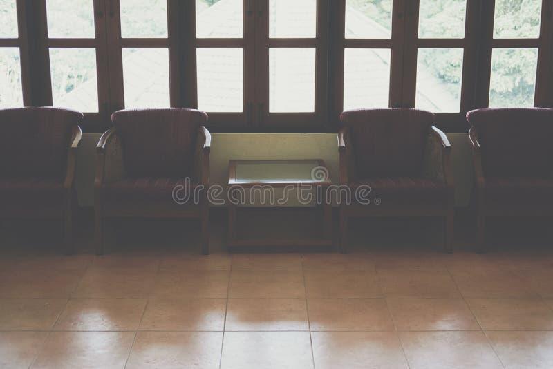 poltrona de madeira com o coxim vermelho na sala de visitas fotografia de stock royalty free