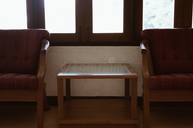 poltrona de madeira com o coxim vermelho na sala de visitas imagem de stock royalty free