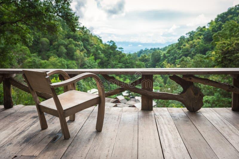 Poltrona de madeira no terraço dentro da floresta úmida imagens de stock royalty free