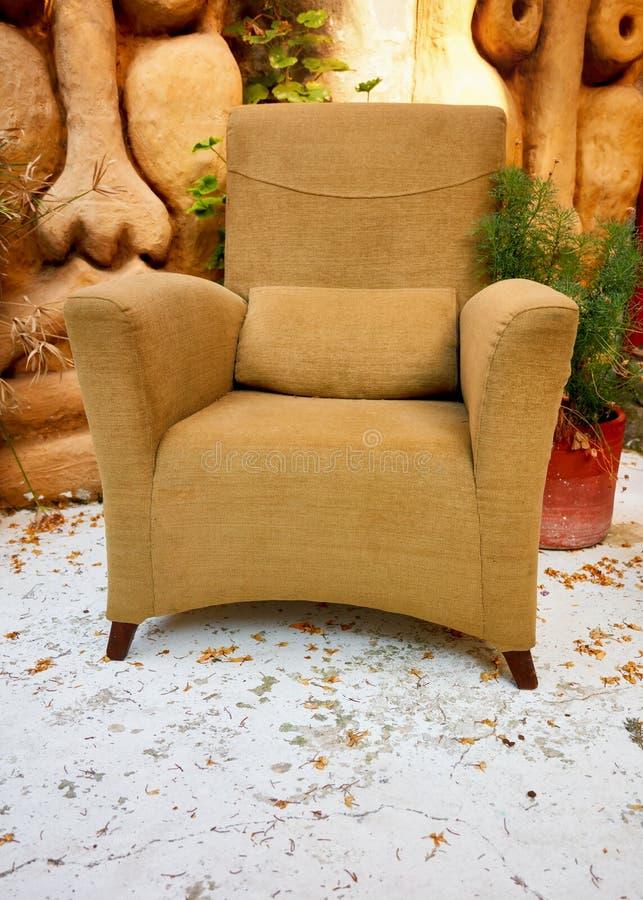 Poltrona decorativa do vintage amarelo bege foto de stock royalty free