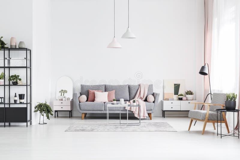 Poltrona di legno modellata nell'interno bianco del salone con il perno fotografia stock libera da diritti