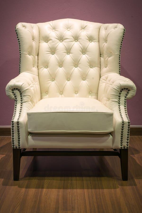 Poltrona di lusso classica del cuoio bianco fotografia stock libera da diritti