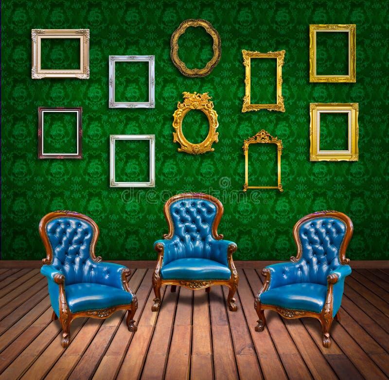 Poltrona e blocco per grafici di lusso dell'annata nella sala royalty illustrazione gratis