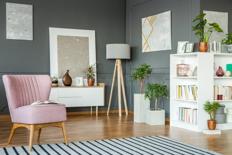 Poltrona, lampada e piante immagini stock libere da diritti