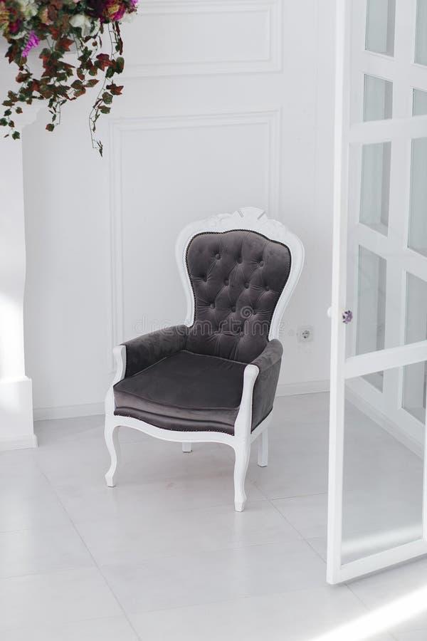 Poltrona preto e branco do vintage das veludinhas na sala escandinava minimalistic foto vertical com espaço claro para o texto imagens de stock